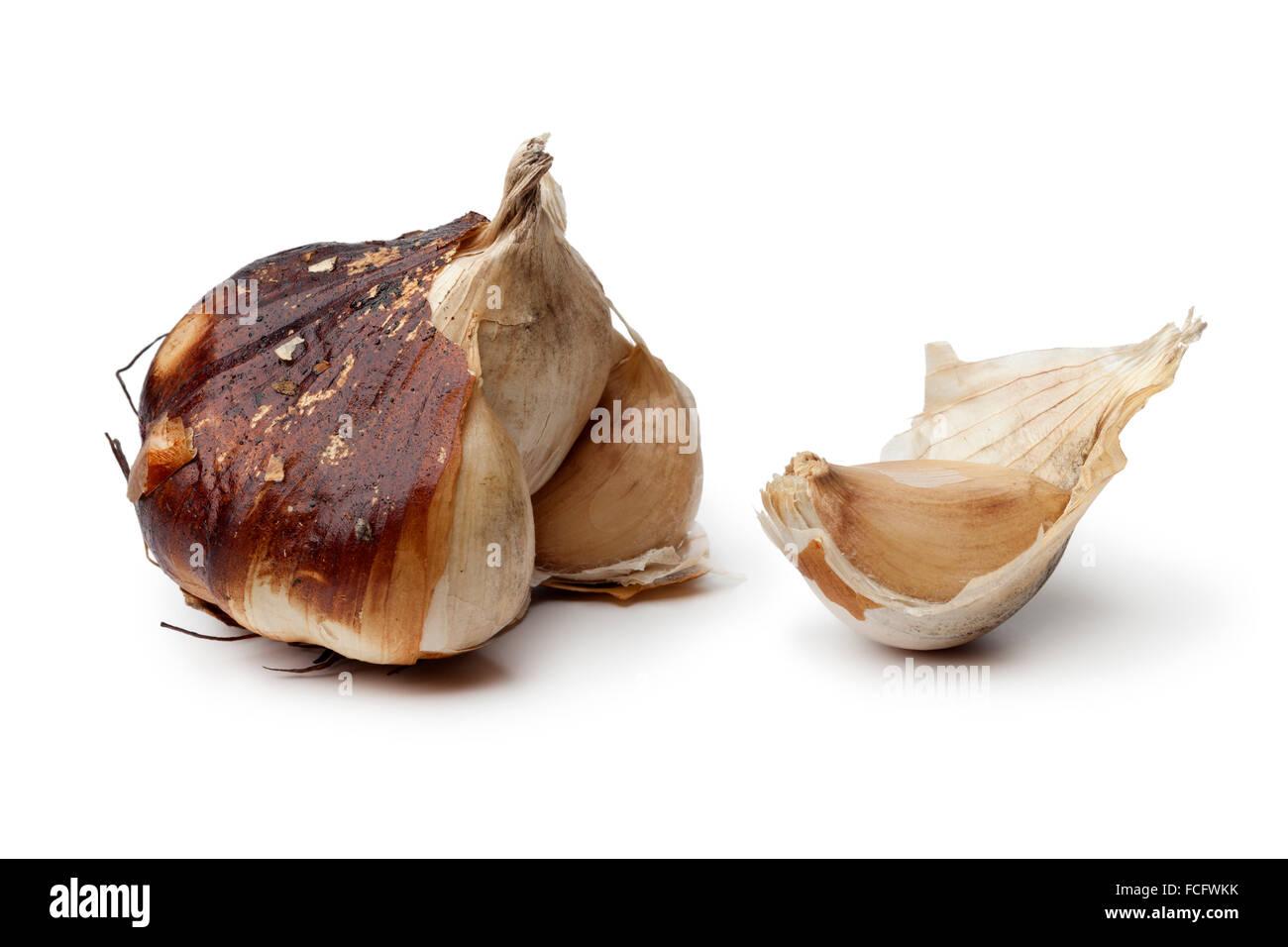 Geräucherte Knoblauchzwiebel auf weißem Hintergrund Stockbild