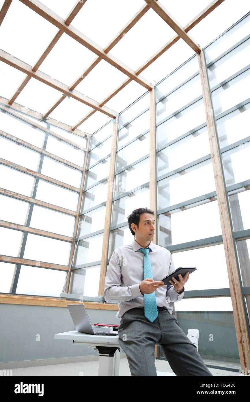Geschäftsmann mit digital-Tablette Stockbild