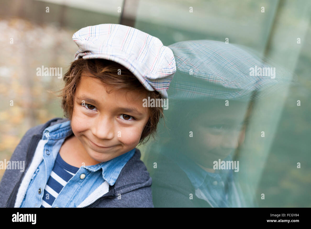 Porträt der lächelnde Knabe mit Mütze Stockfoto