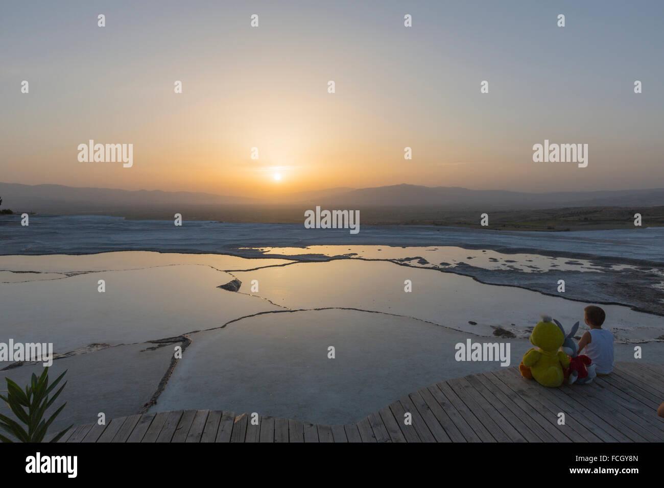Kleiner Junge Mit Bugs Bunny Und Tweety Bird Puppen Sonnenuntergang