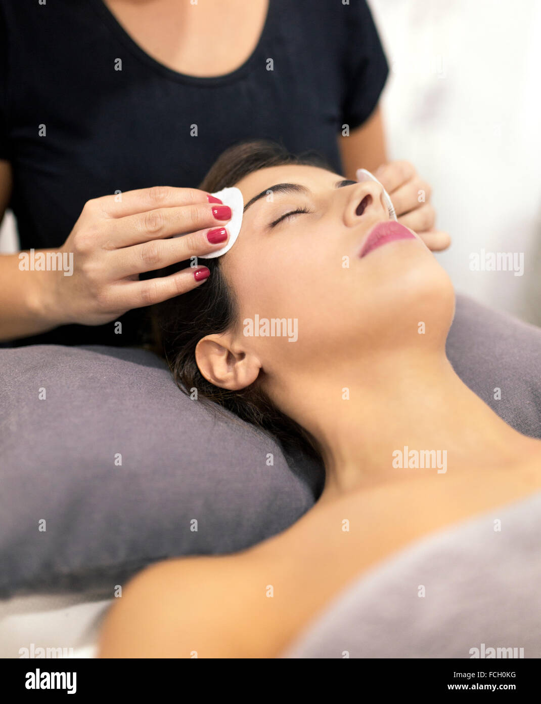 Junge Frau erhält eine Beauty-Behandlung Stockbild
