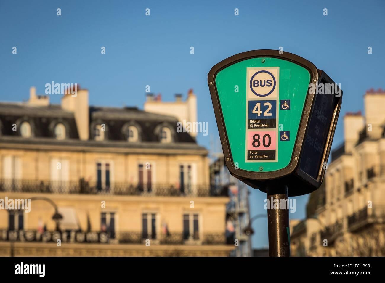 KREISVERKEHR AUF DEM CHAMPS-ÉLYSÉES IN PARIS, FRANKREICH Stockbild