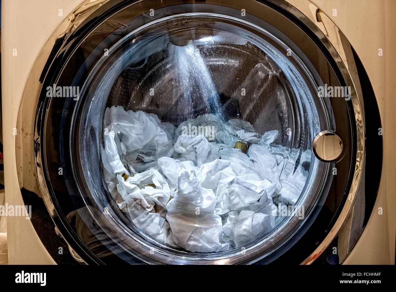 Eine ladung wäsche getan in einem frontlader waschmaschine spülen