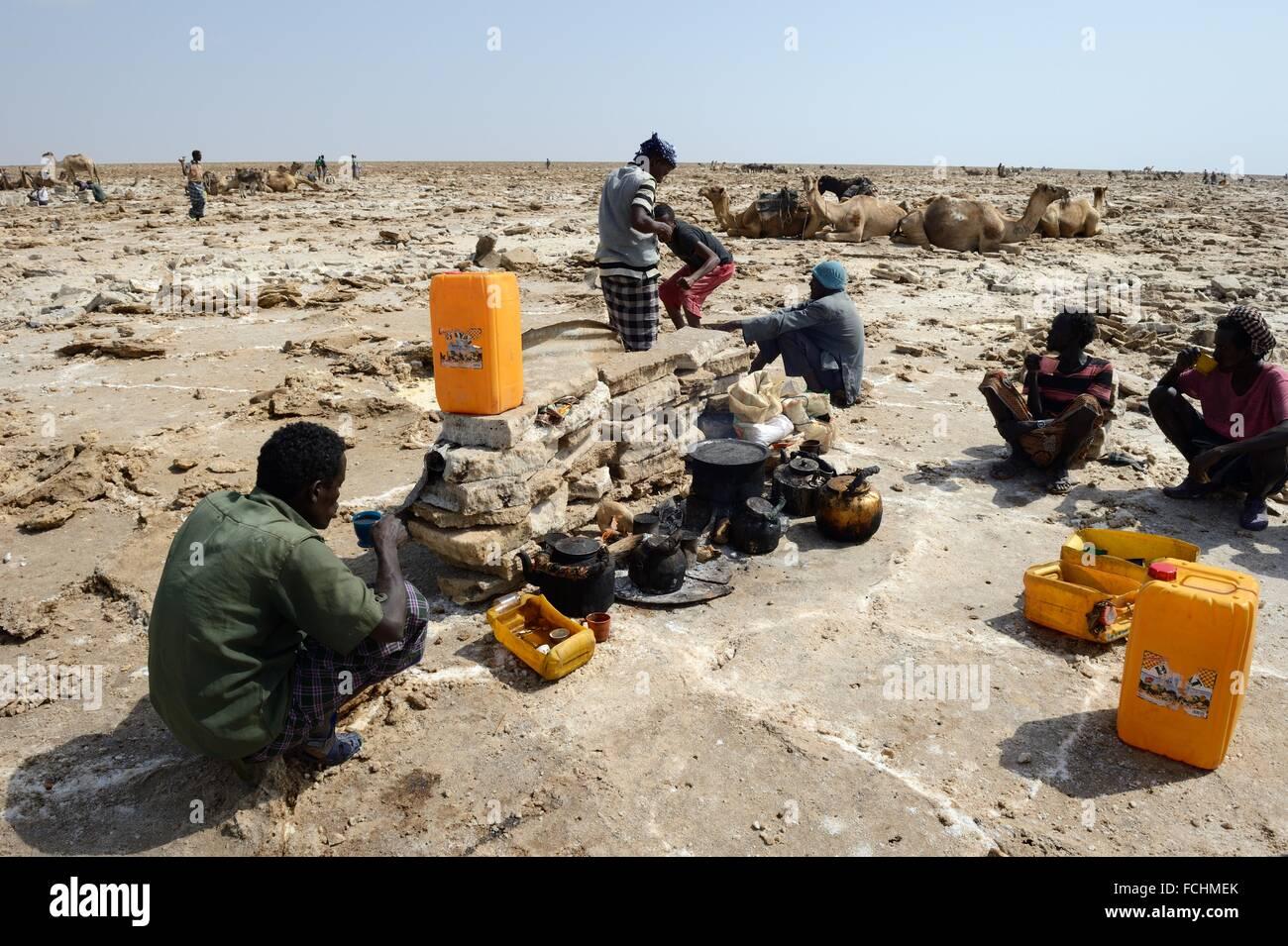 Salzabbau am See Assale. Die Arbeiter haben eine Pause mit einem heißen Kaffee unter der brennenden Sonne. Stockbild