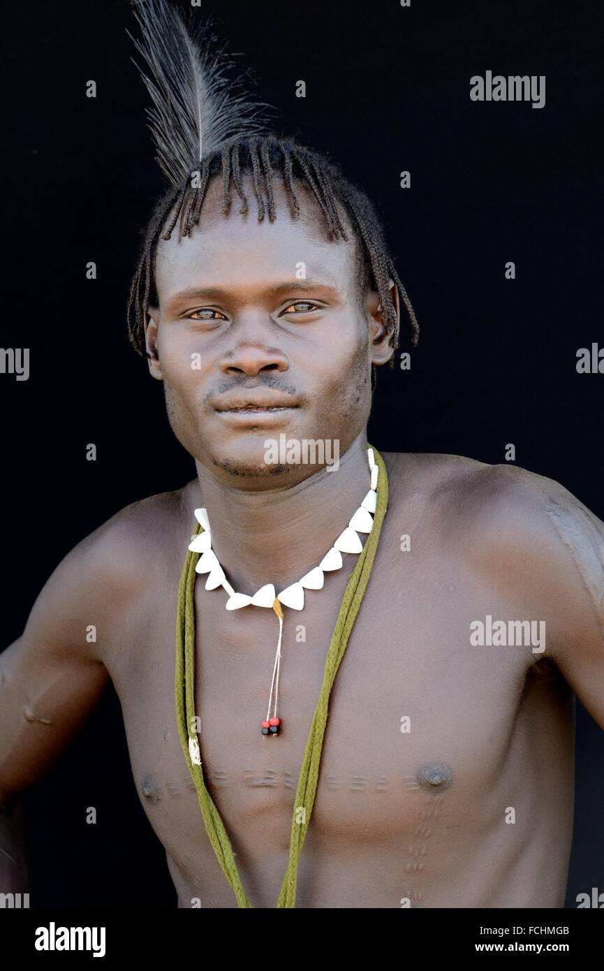 Junger Mann der Nyangatom Stamm, Omo-Tal in Äthiopien, Afrika. Stockfoto