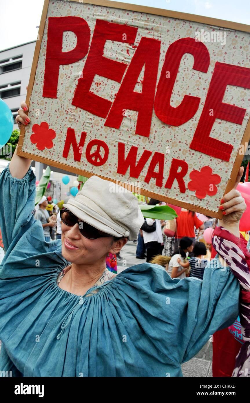 Naha, Okinawa, Japan: ein Pazifist vor Naha´s Präfektur während einer Demonstration gegen den amerikanischen Stockbild