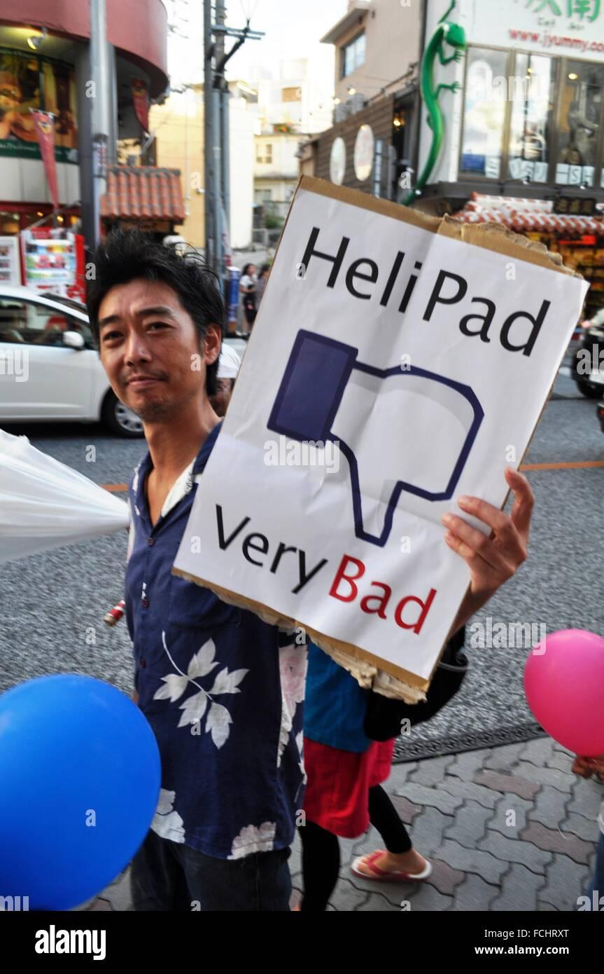 Naha, Okinawa, Japan: ein Pazifist entlang Kokusai Dori während einer Demonstration gegen den amerikanischen Stockbild