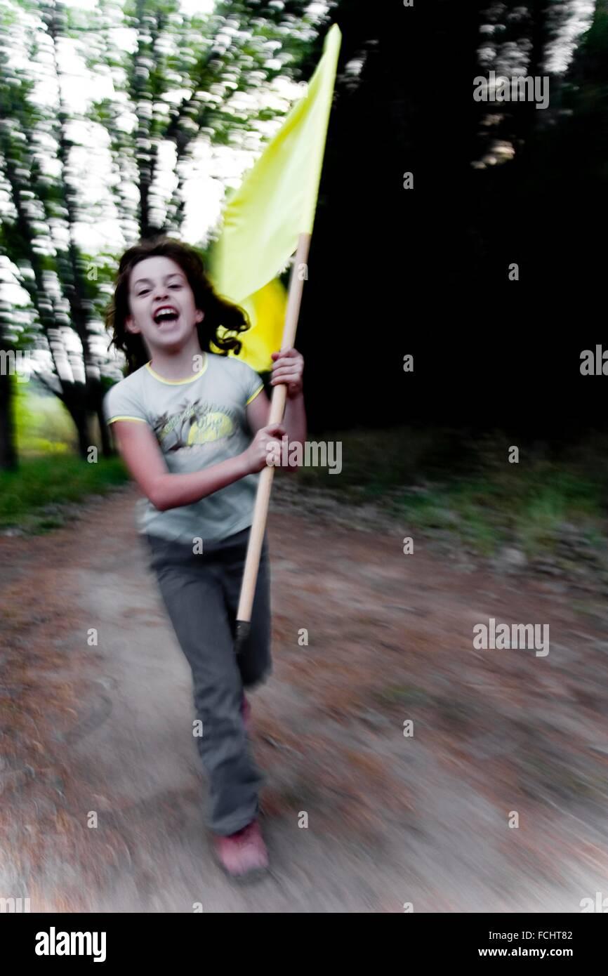 Mädchen, Flagge läuft durch den Wald, Revolution, Chile Stockbild