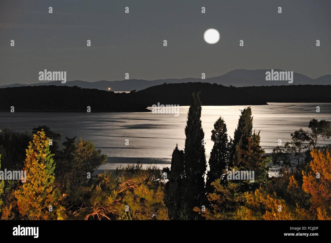 Mondlicht über der Hoellenengel Inseln Pakleni im Hintergrund, Hvar Island, Kroatien, Südost-Europa. Stockbild