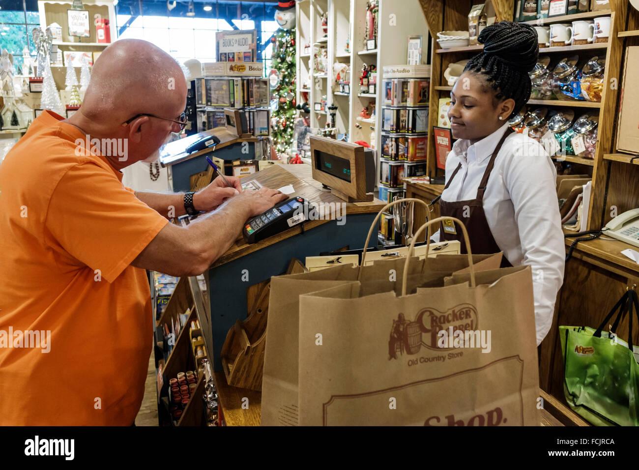Vero Beach Florida Cracker Barrel Country Store Restaurant Kasse Kunden zahlen schwarz Frau Mitarbeiter Mann Unterzeichnung Stockfoto