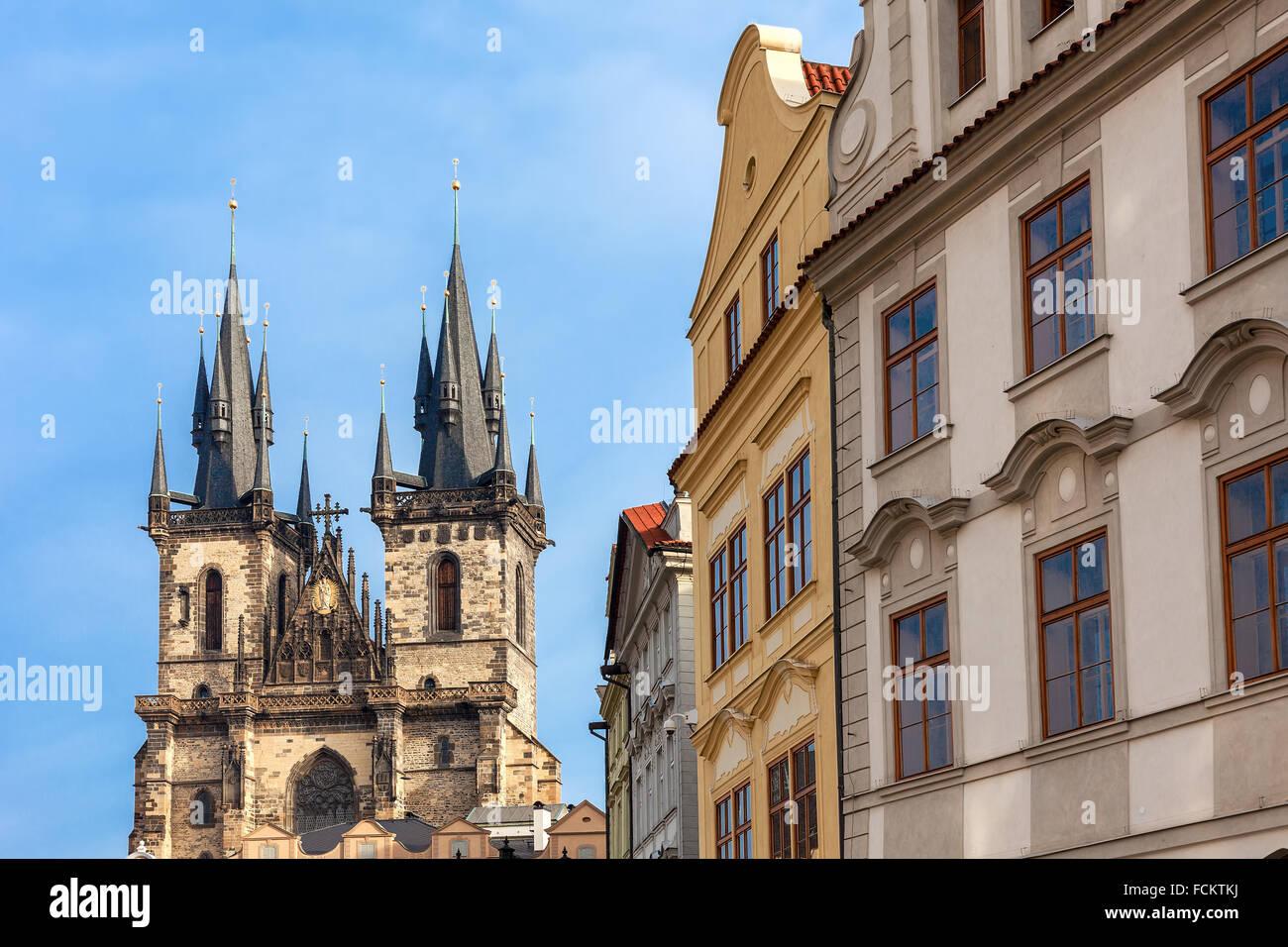 Typische Architektur und Kirche der Gottesmutter vor Tyn in Prag, Tschechien. Stockbild