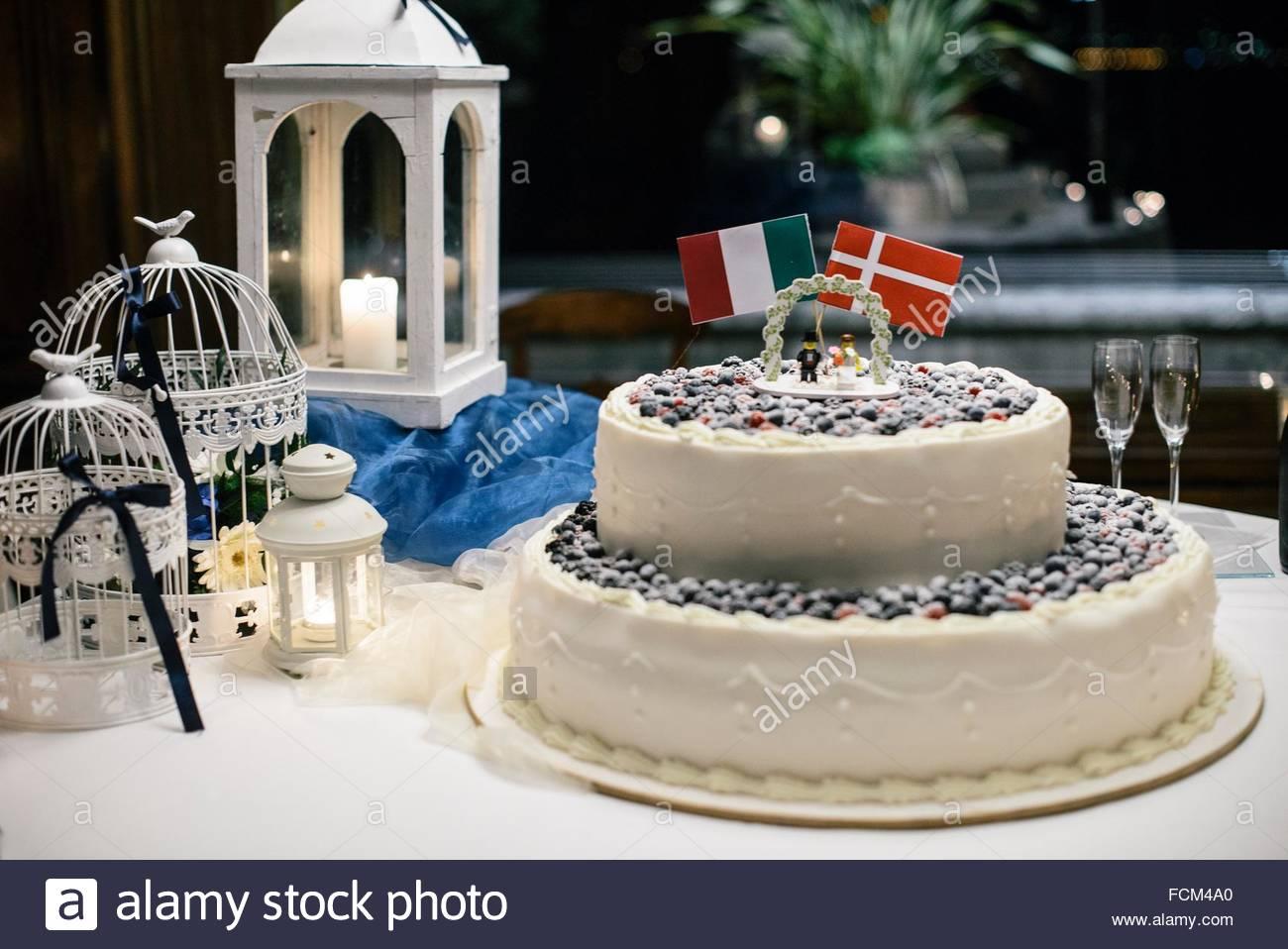 Hochzeitstorte Mit Beeren Und Flagge Von Italien Und Danemark