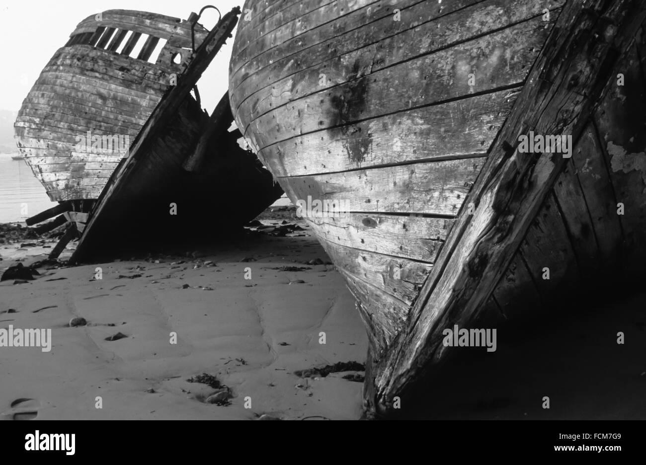 Zwei hölzernen Wracks auf der Seite liegend und deteriotate im Hafen von Brest in der Bretagne Stockbild