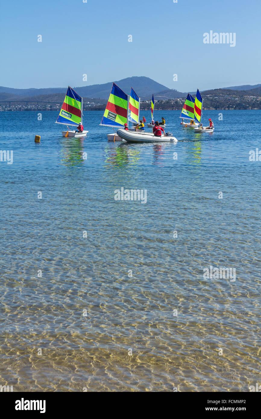 Segelboote auf kristallklarem Wasser Stockbild