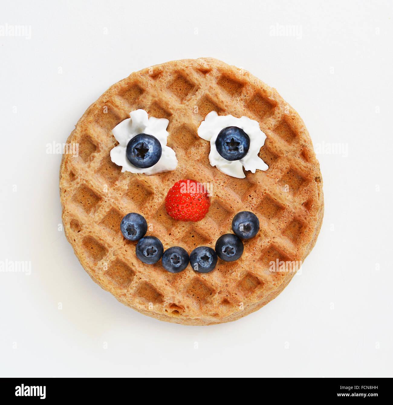 Waffel mit ein glückliches Gesicht gemacht aus frischen Früchten Stockbild