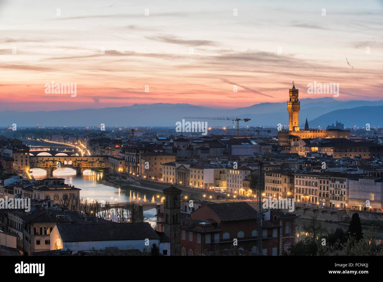 Eine Ansichtskarte von Florenz Panorama kurz nach Sonnenuntergang mit der Skyline von seinen berühmten Monumenten Stockbild