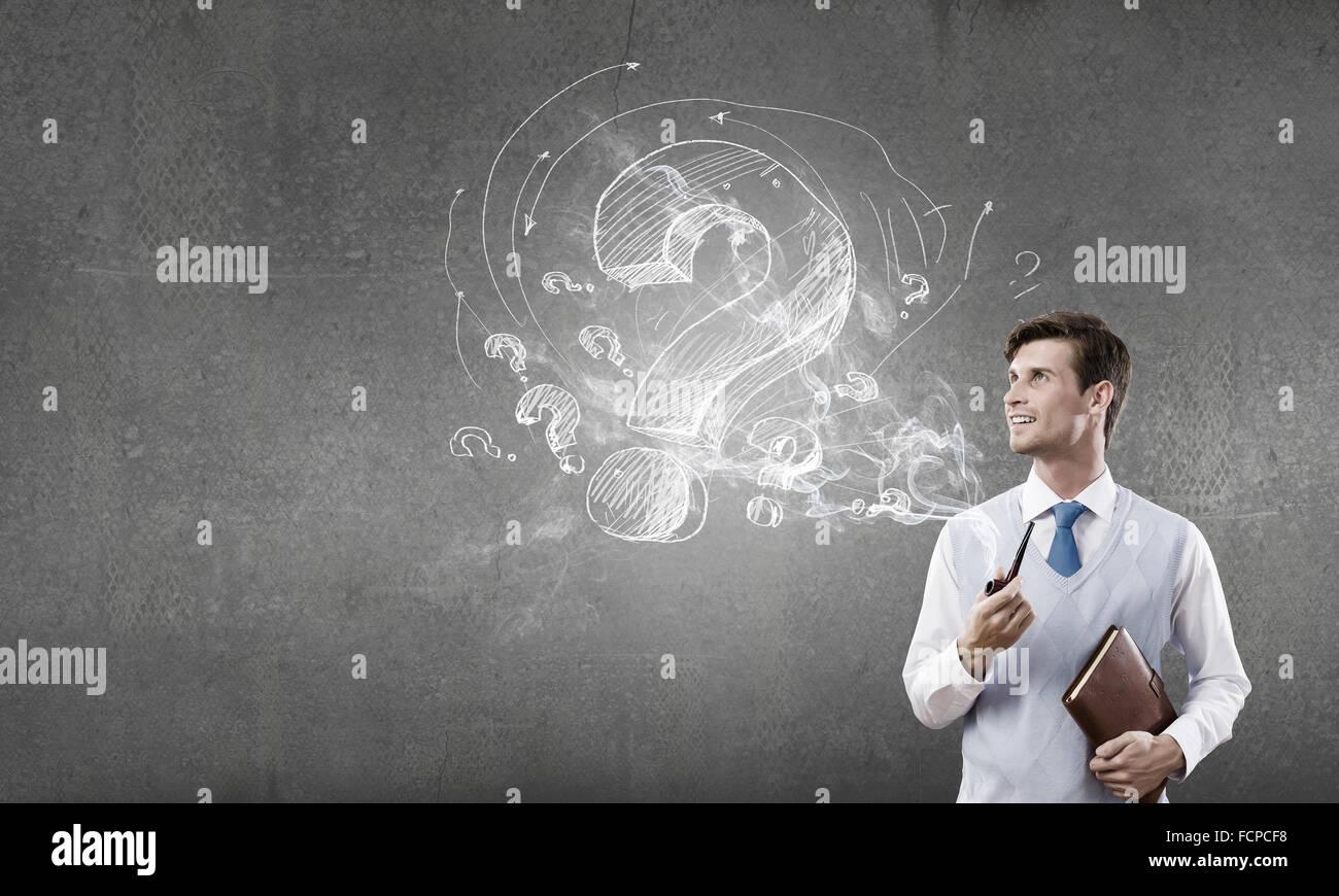 Hübscher Junge Unternehmer denken über Ideen und Pfeife Stockbild