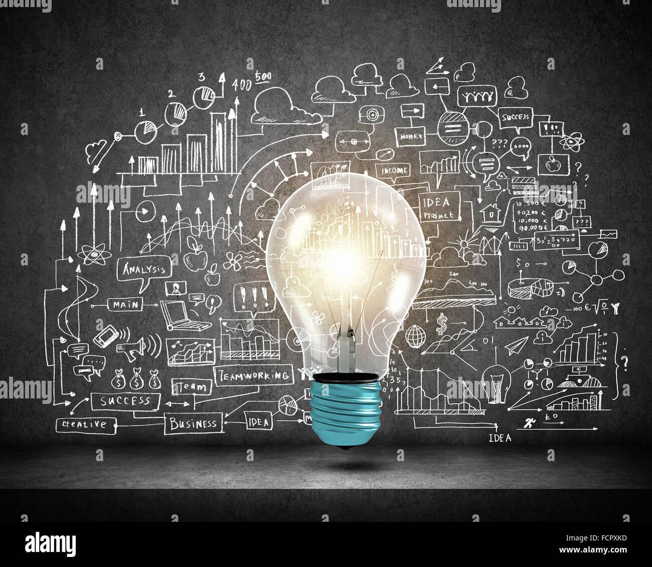 Konzeptbild Glühbirne an Wand mit Ideenskizzen Stockbild