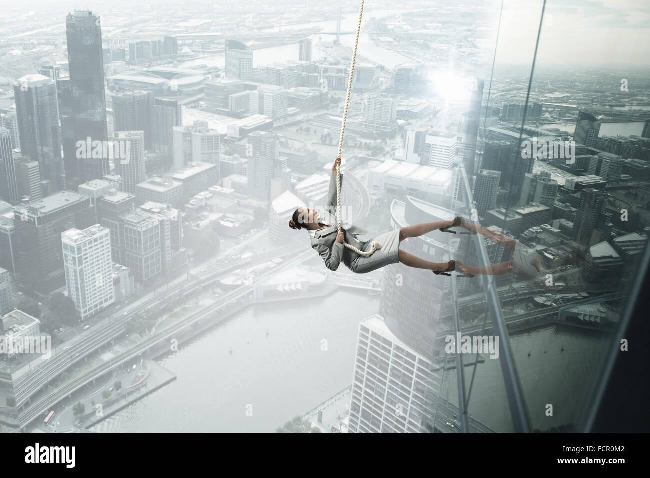 Konzept des Wettbewerbs mit Geschäftsfrau Bürogebäude mit Seil klettern Stockbild