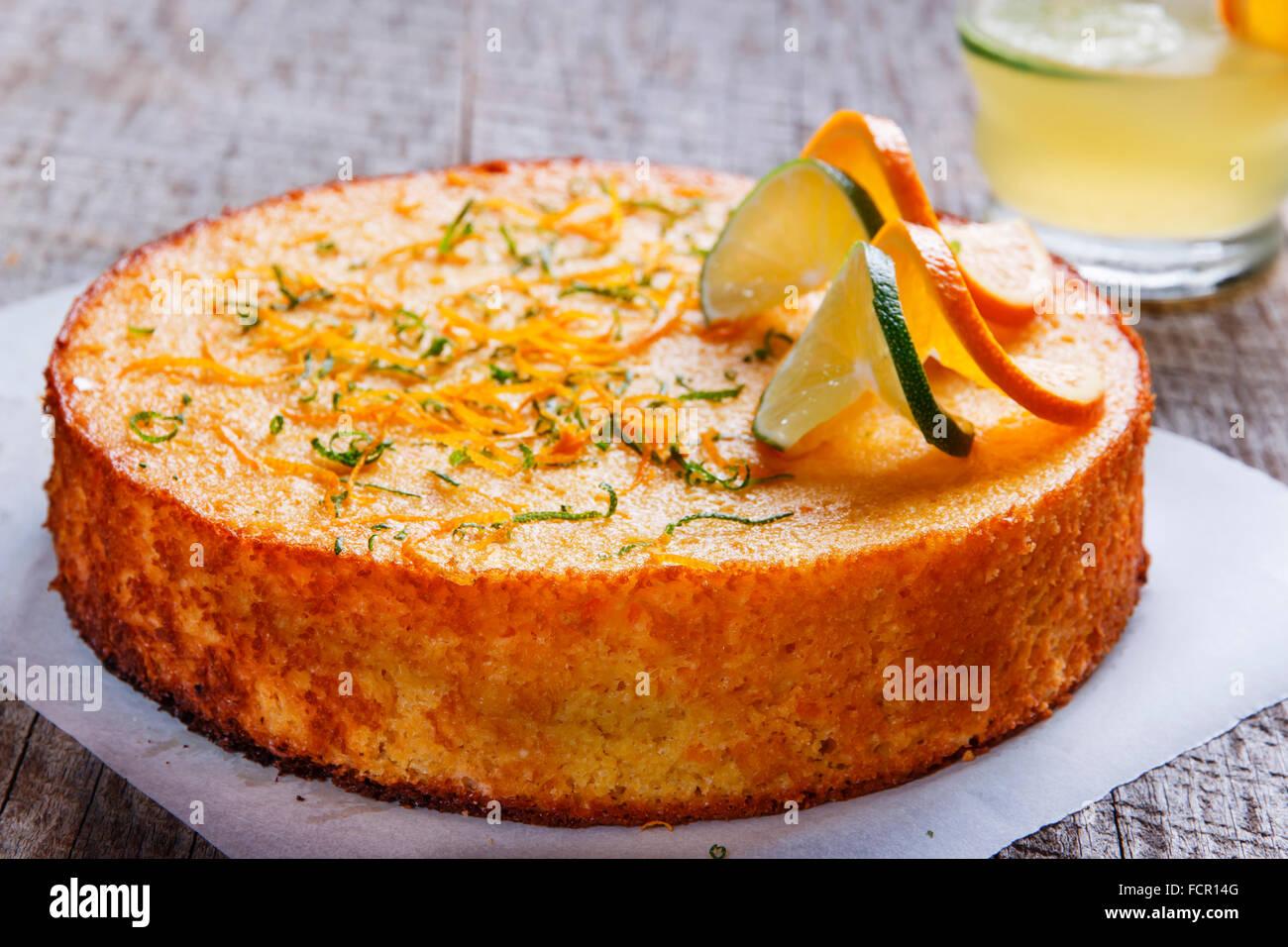 Hausgemachte ganz unbeständig orange Kuchen auf einer Holzoberfläche Stockbild