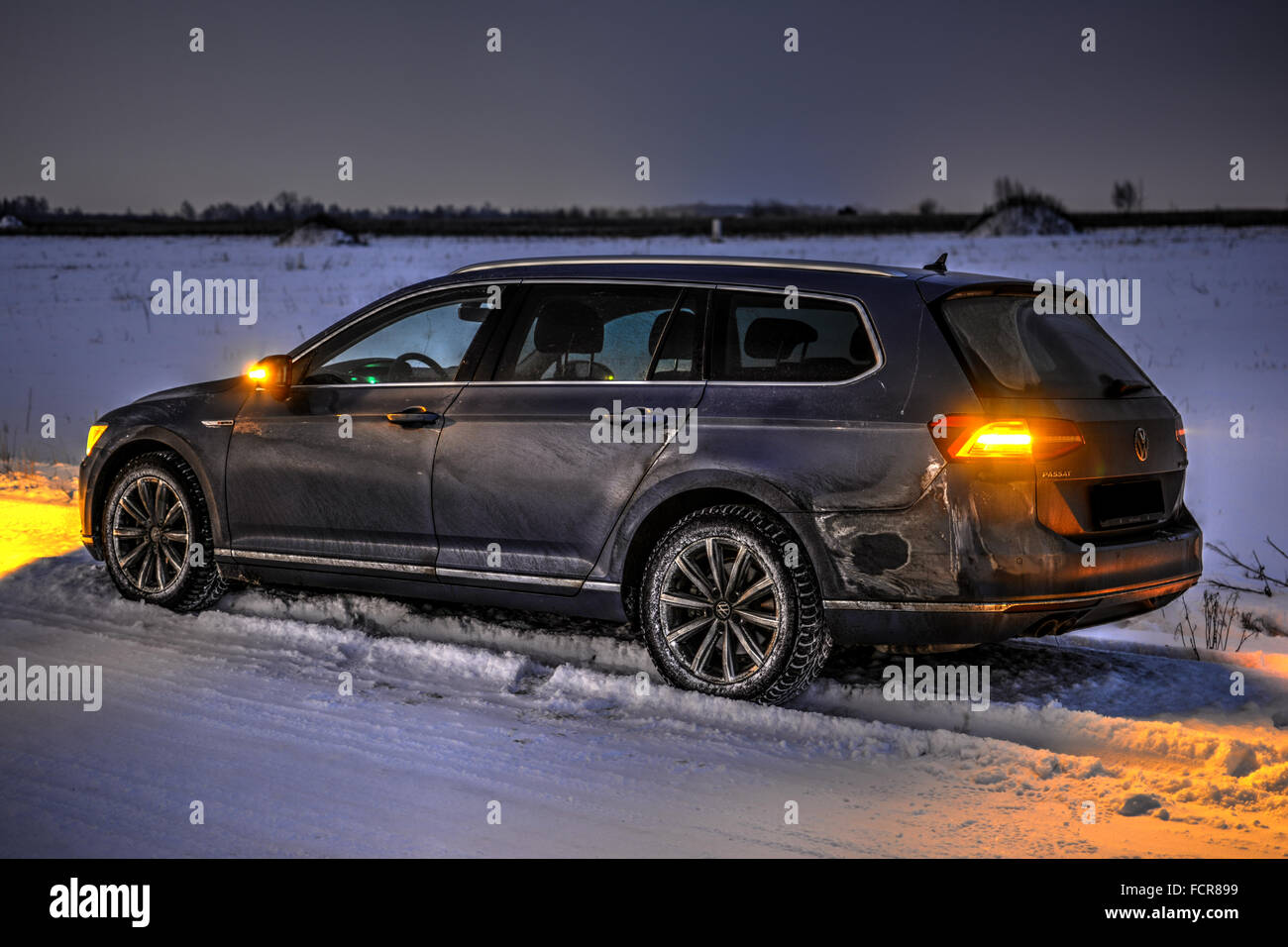 Schmutzigen Auto in der Nacht. Winterzeit, HDR Stockbild