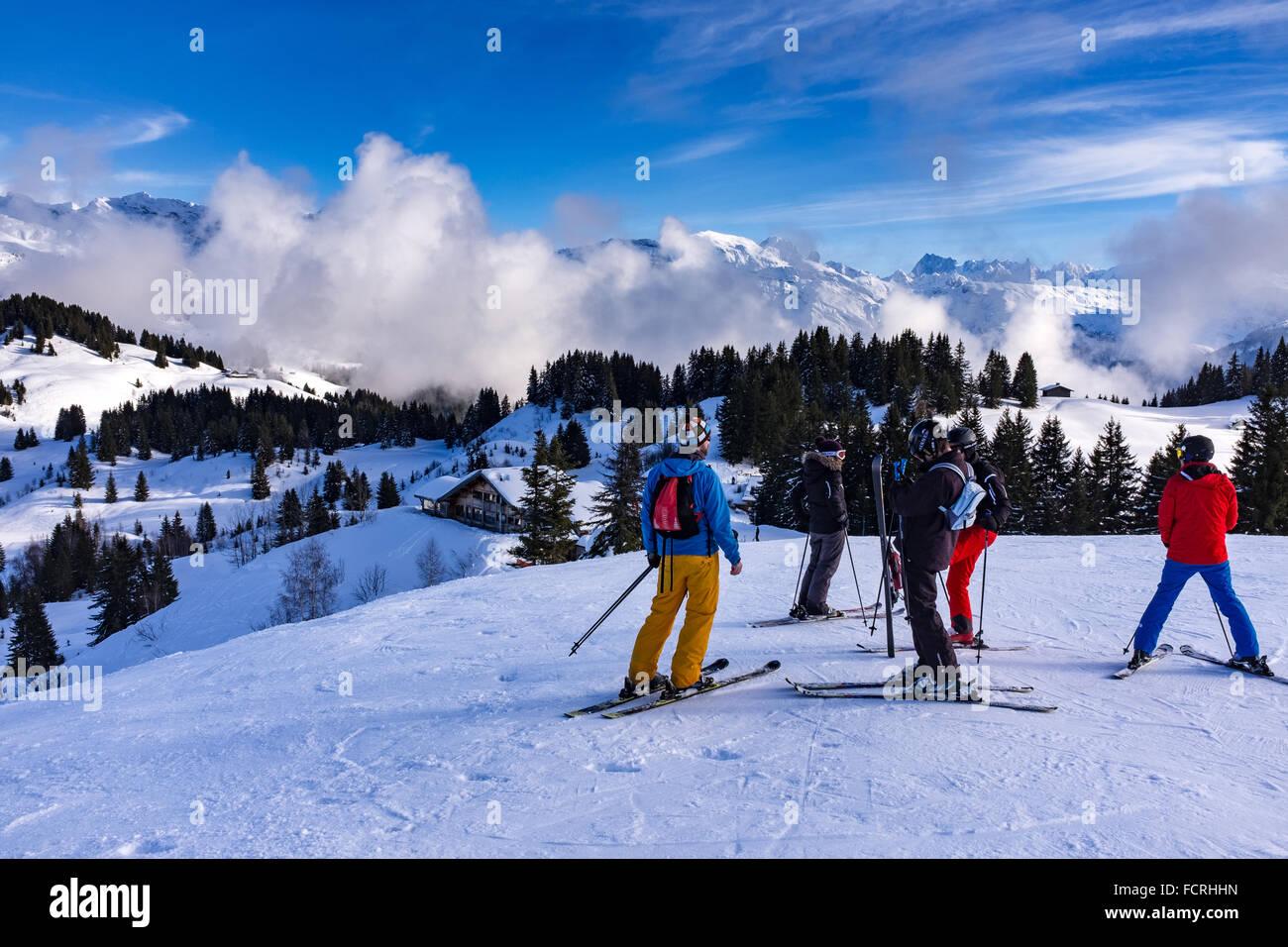 Skigebiet Les Gets und Bahnhof in Portes Du Soleil Domäne in den französischen Alpen Stockbild