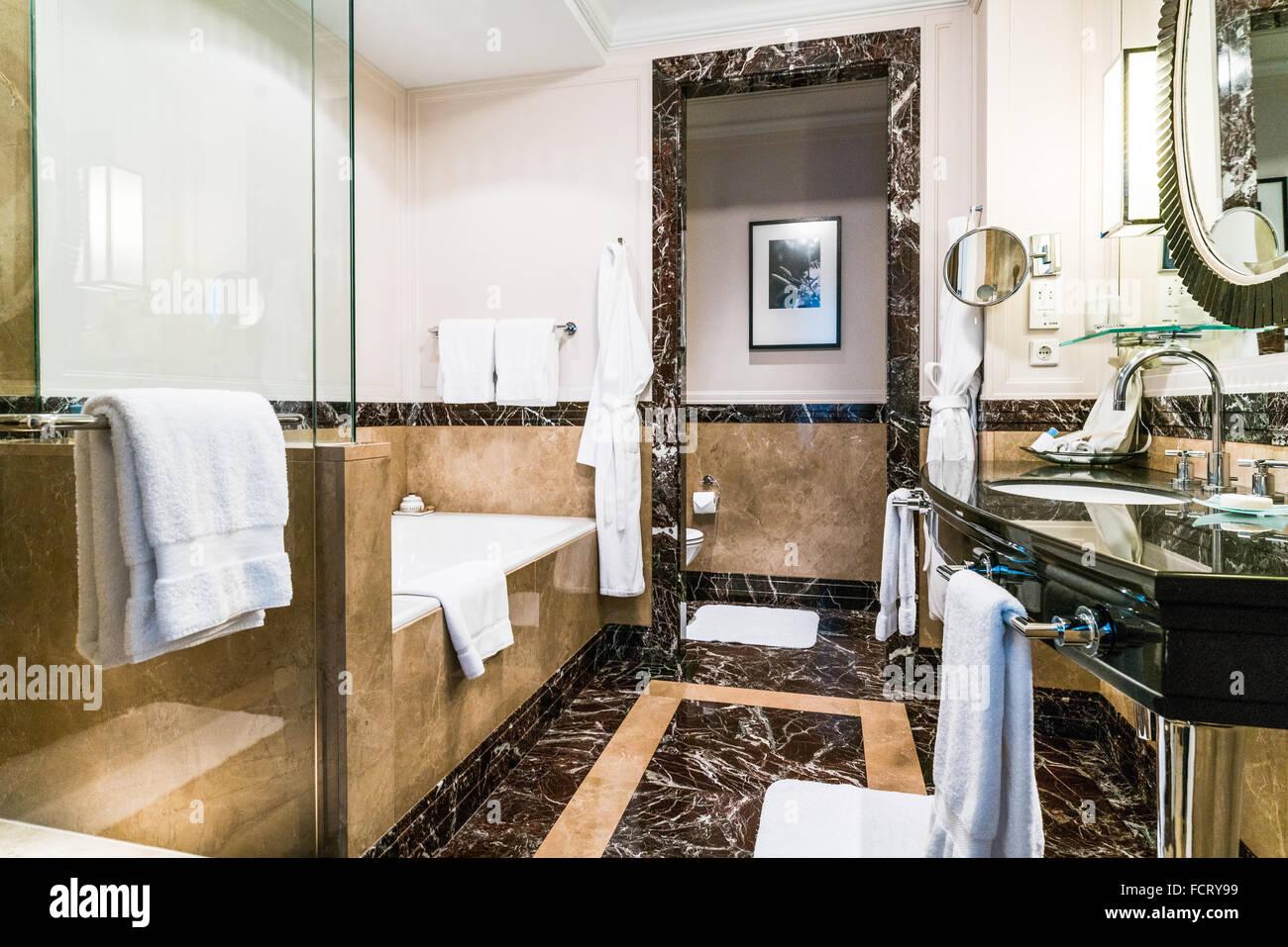 Marmor-Badezimmer in Gresham Zimmer mit separater Badewanne und ...