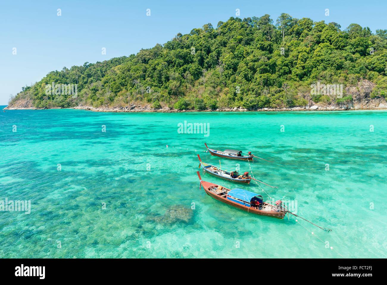Sommer, Reisen, Urlaub und Ferien Konzept - tropischen Strand, Longtail Boote, Andaman Meer in Phuket, Thailand Stockbild