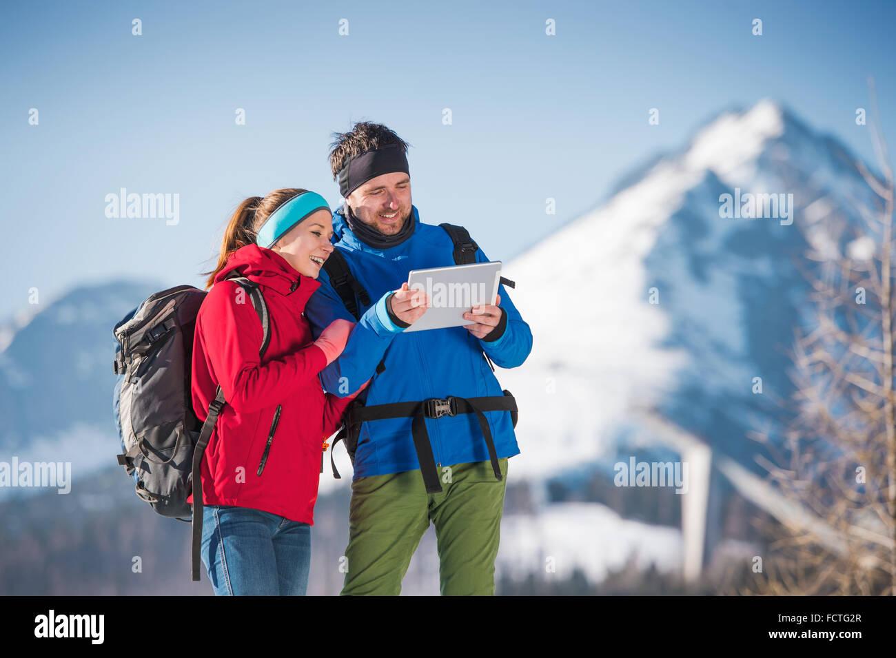 Junges Paar auf einer Wanderung Stockbild