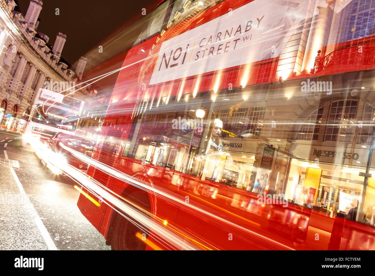 Roter Bus an der Regent Street in London. Unscharfe Lichter aus langen Verschlusszeiten. Stockbild