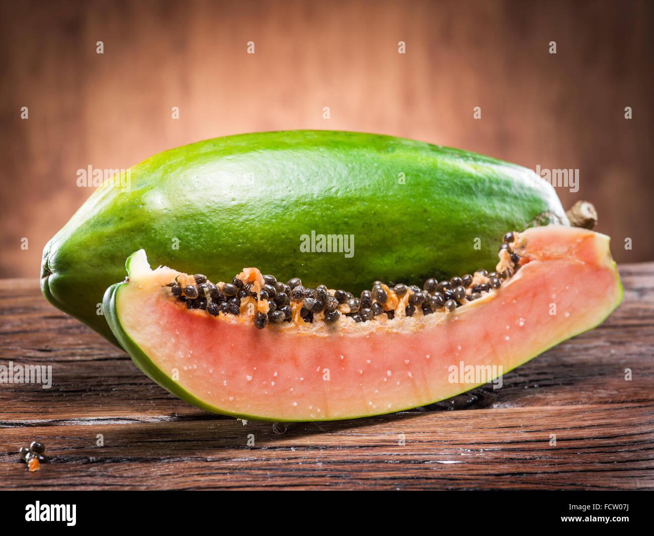 Papaya Frucht auf hölzernen Hintergrund. Stockbild