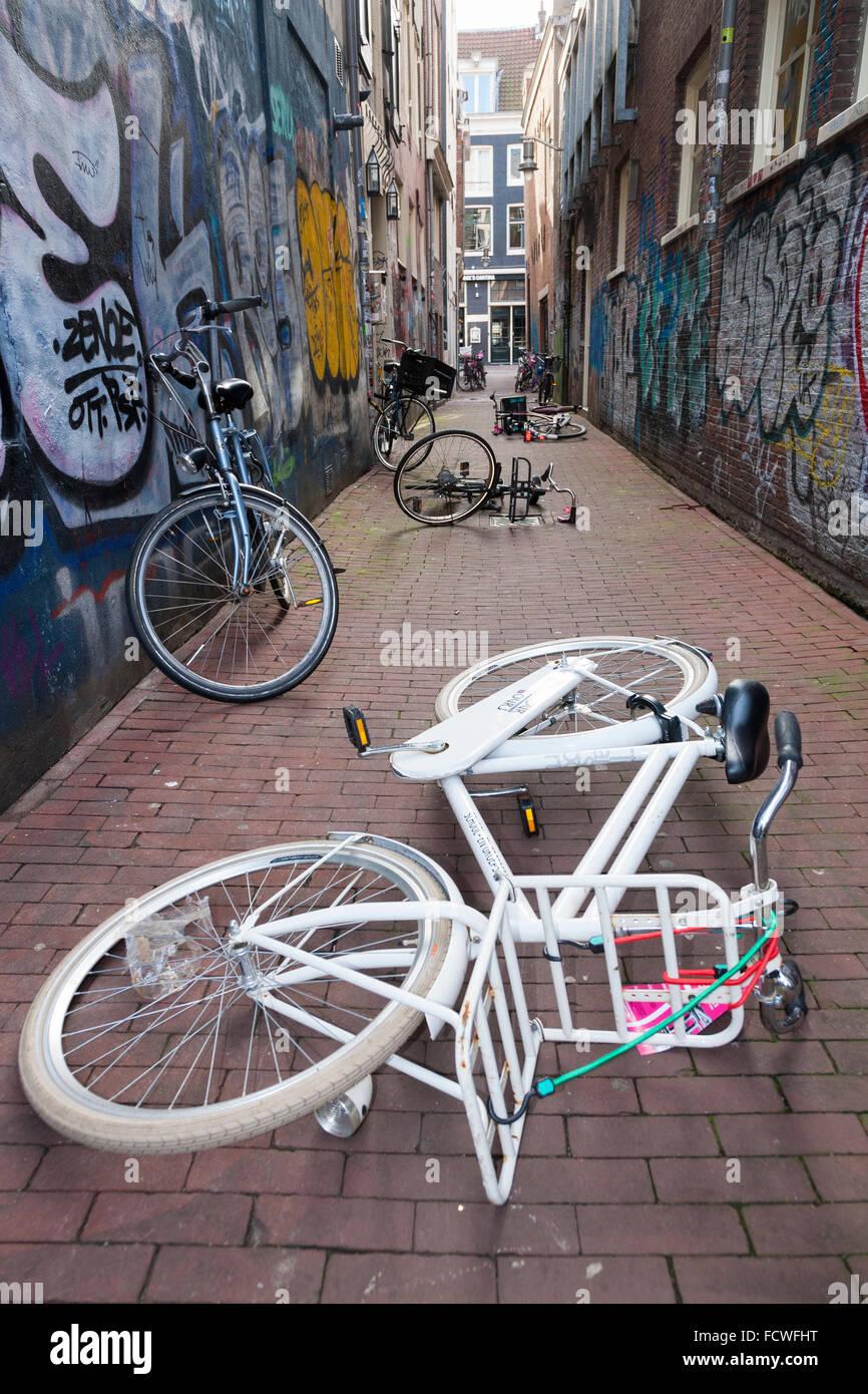 Fahrrad / Fahrräder / Fahrrad / Fahrrad / Zyklen links auf dem Boden – von Vandalen? Openhartsteeg. Amsterdam, Noord Stockfoto