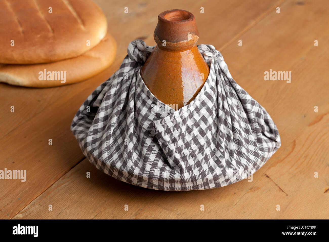 Traditionelle marokkanische Tajine in ein Tuch gewickelt, als Geschenk und warm zu halten Stockbild