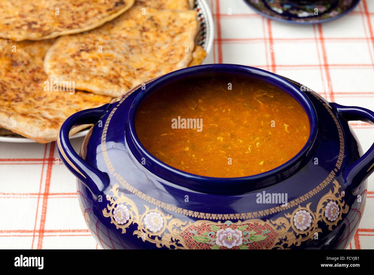 Marokkanische Harira Suppe und gefüllte Pfannkuchen für ramadan Stockbild