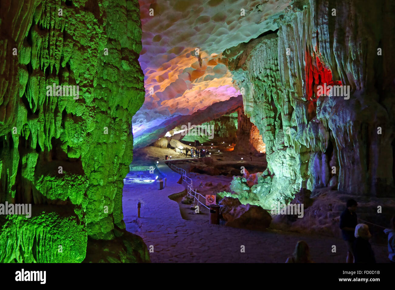 Besucher in eine große Höhle mit Stalaktiten und Stalagmiten-Formationen, Dau Go Höhle in einem Kalkstein Stockbild