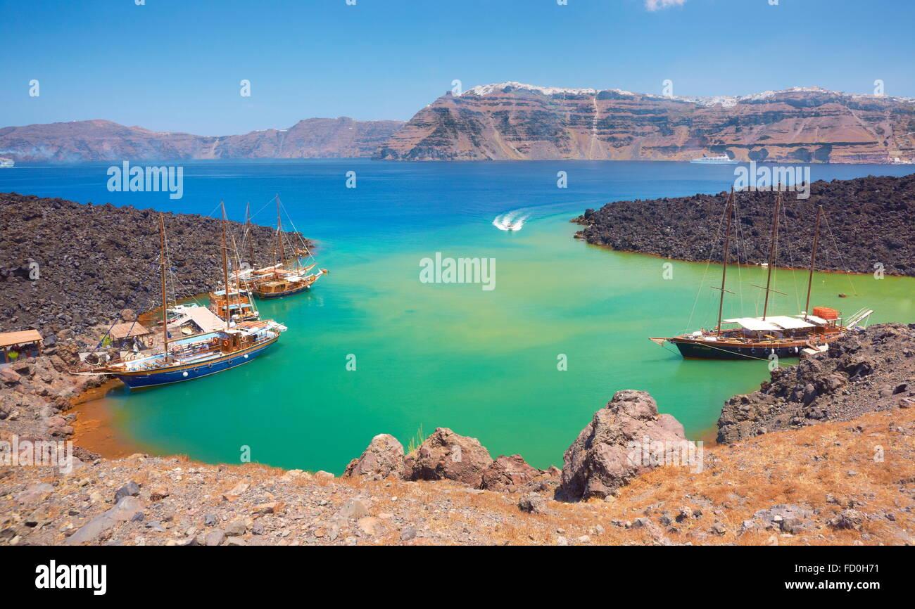 Nea Kameni - Griechenland, Kykladen-Inseln, ein kleiner Hafen für Sportboote, von hier aus führt der Weg Stockbild