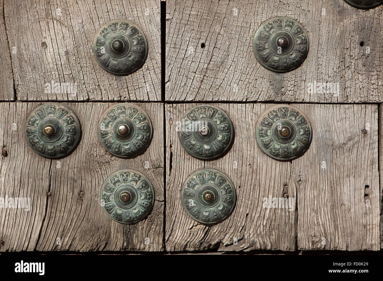 Altes Holztor fest mit großen Messing Nieten im Viertel Albayzin in Granada, Andalusien, Spanien. Stockbild