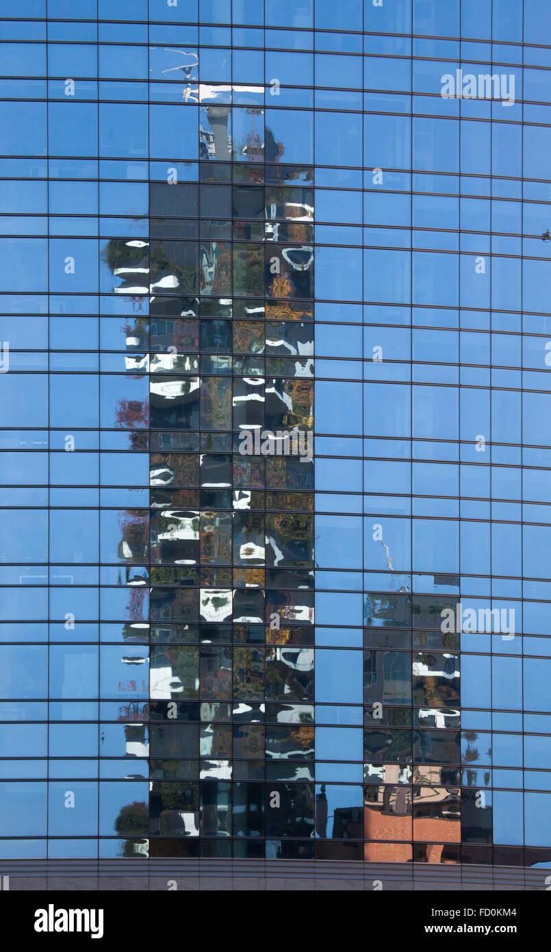 Reflexion der Wohntürme Bosco Verticale (vertikale Wald) im Stadtteil Porta Nuova in Mailand, Lombardei, Italien. Stockbild