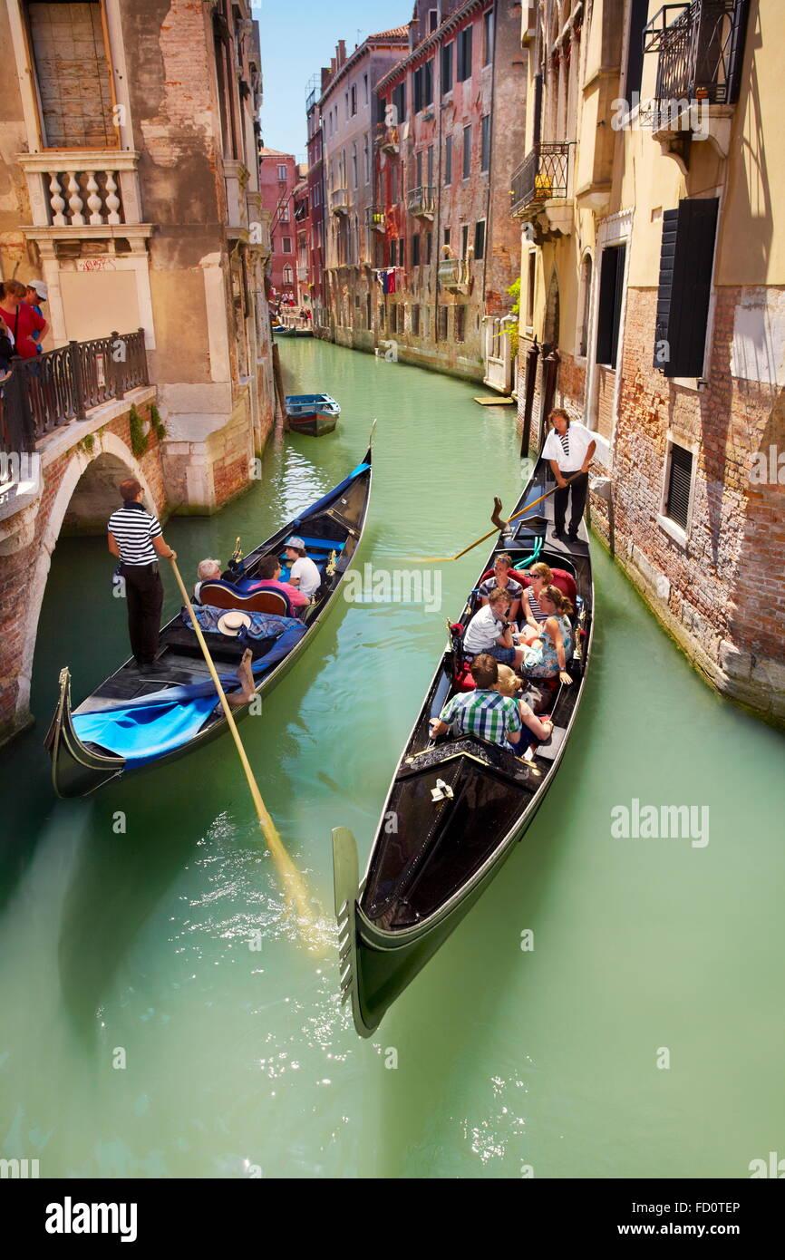 Venedig - Gondel mit Touristen auf dem Kanal, Italien Stockbild