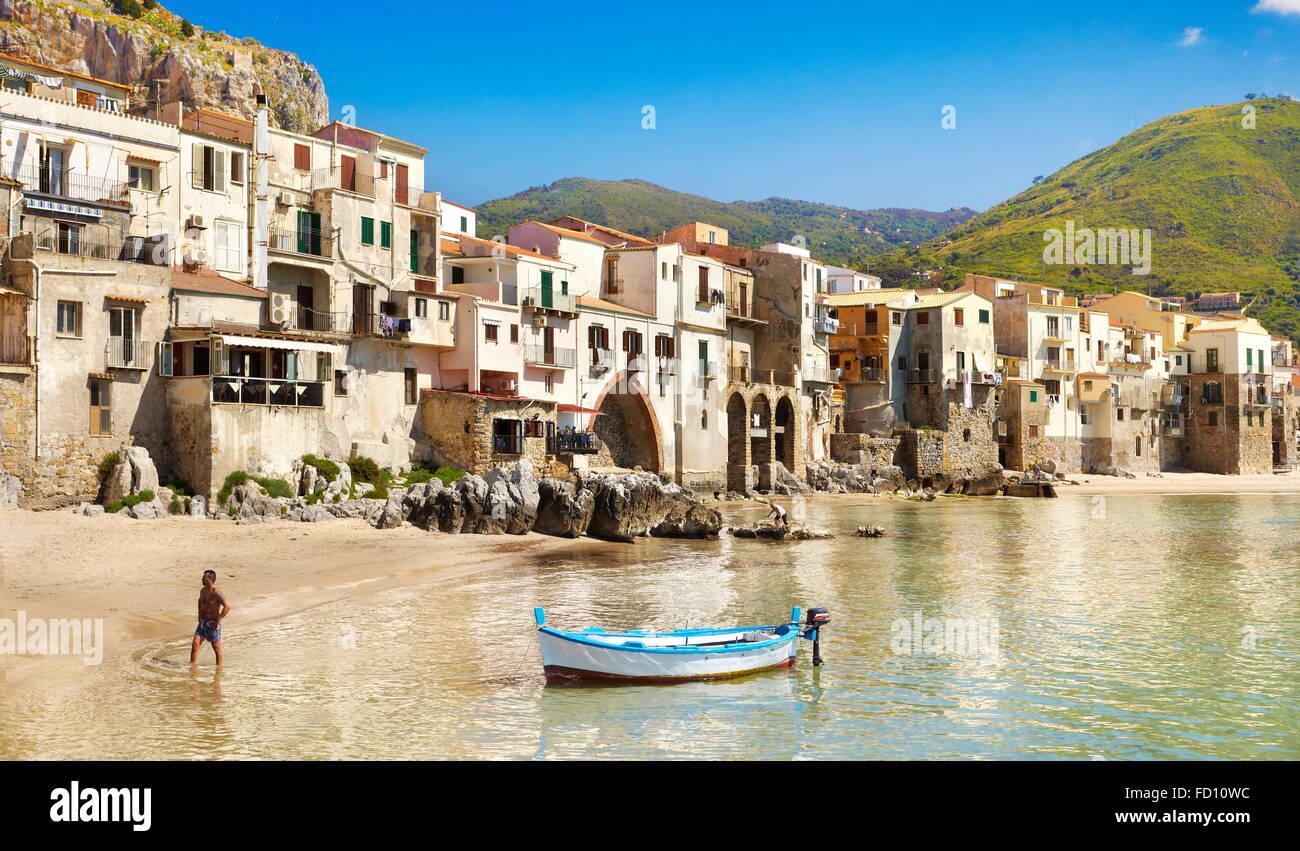 Angelboot/Fischerboot und mittelalterlichen Häusern von Cefalu, Sizilien, Italien Stockbild