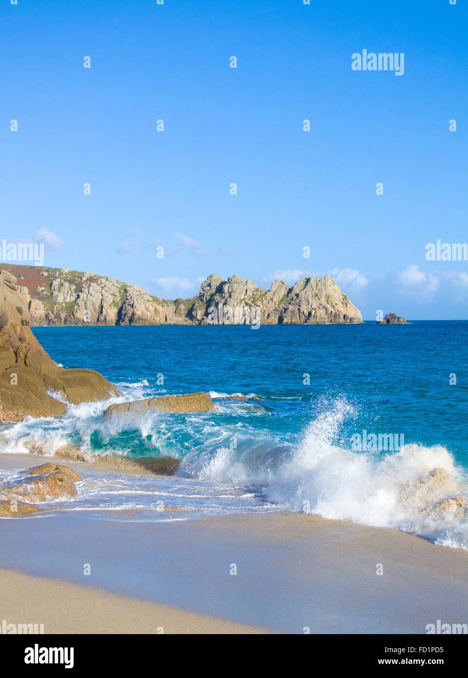Porthcurno Strand & Horrace Landzunge & Logan Rock jenseits, Cornwall, England, Vereinigtes Königreich Stockbild