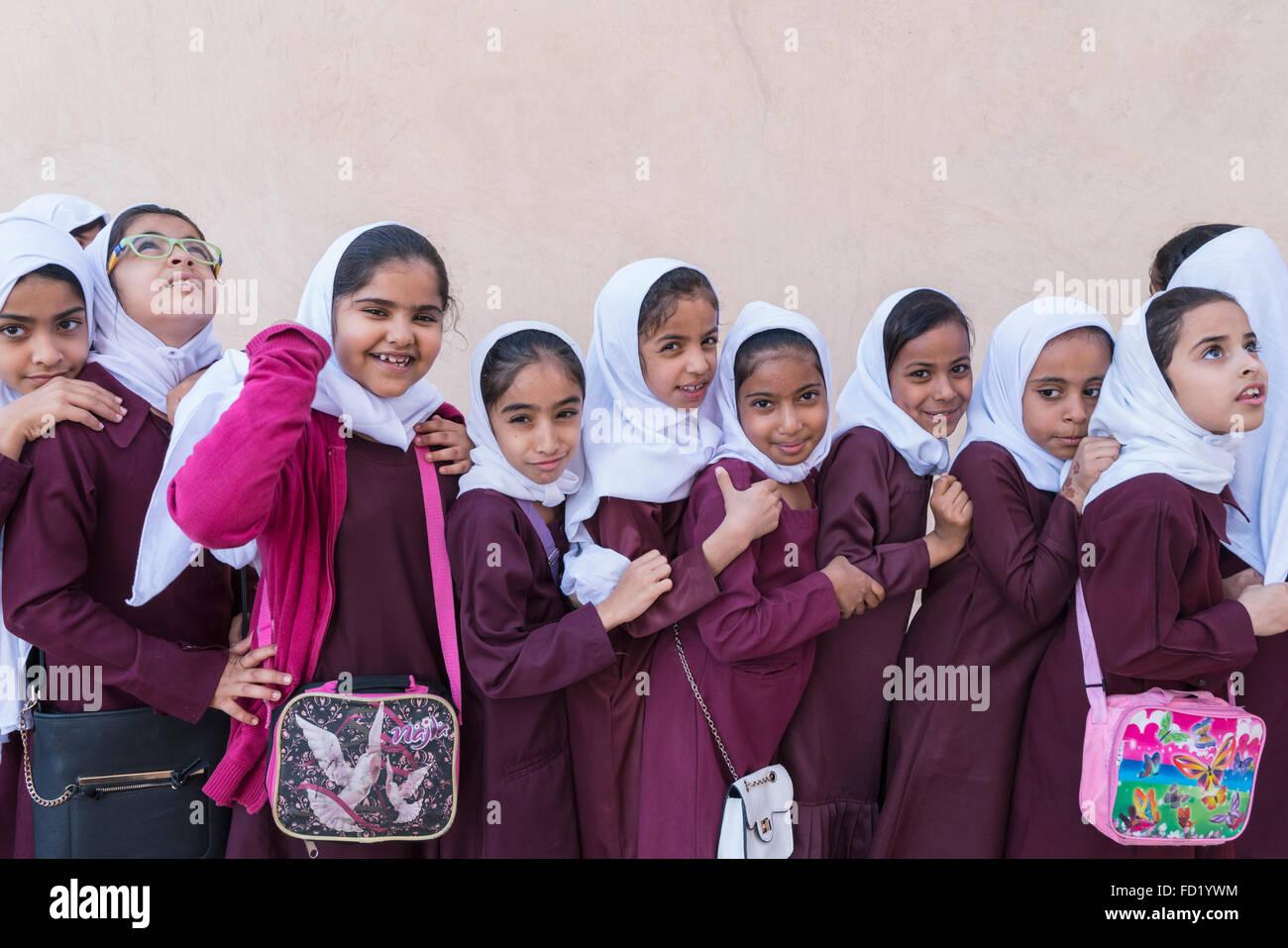 Omanischen Nizwa Fort in Oman besuchen Schülerinnen Stockbild