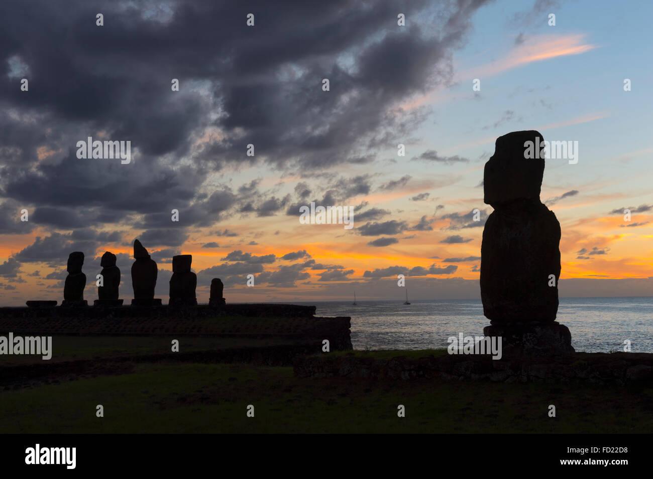 Tahai Zeremoniell komplexe bei Sonnenuntergang, Hanga Roa, Nationalpark Rapa Nui, Osterinsel, Chile, UNESCO-Welterbe Stockbild