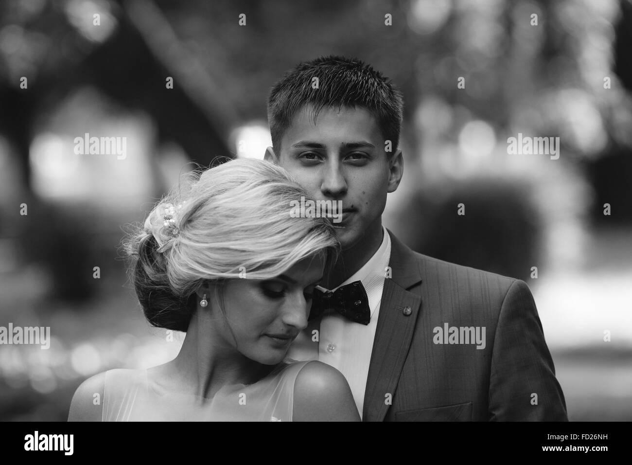 Schöne Hochzeitspaar posiert im park Stockbild
