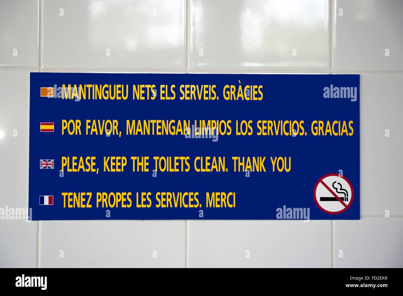 Schild Am Camping Toiletten In Französisch Englisch Spanisch Und