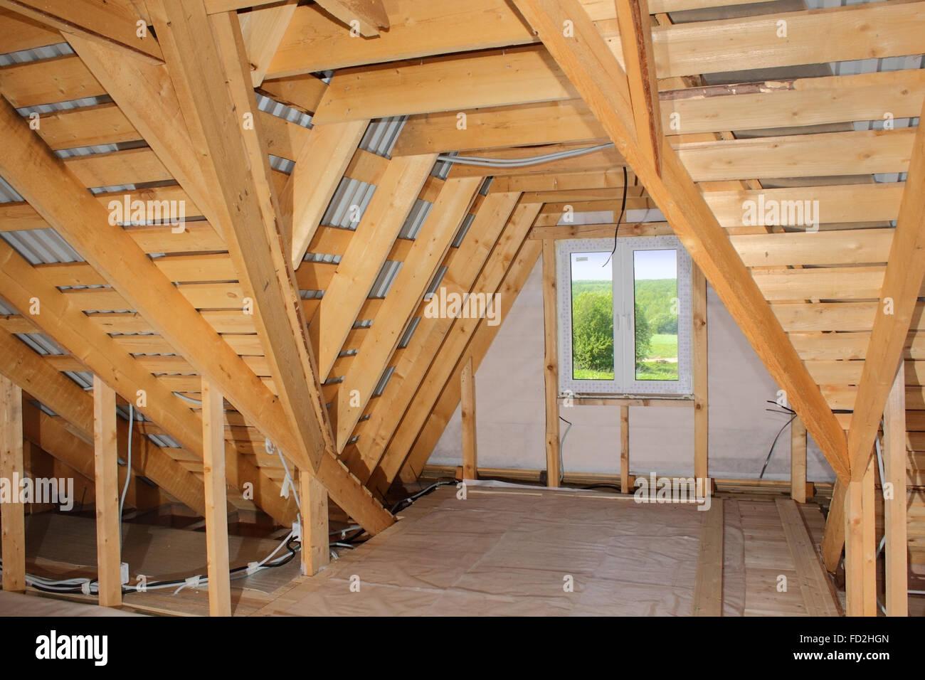 Dachgeschoss im Bau (hölzerne Dachrahmen und Kunststoff-Fenster im ...
