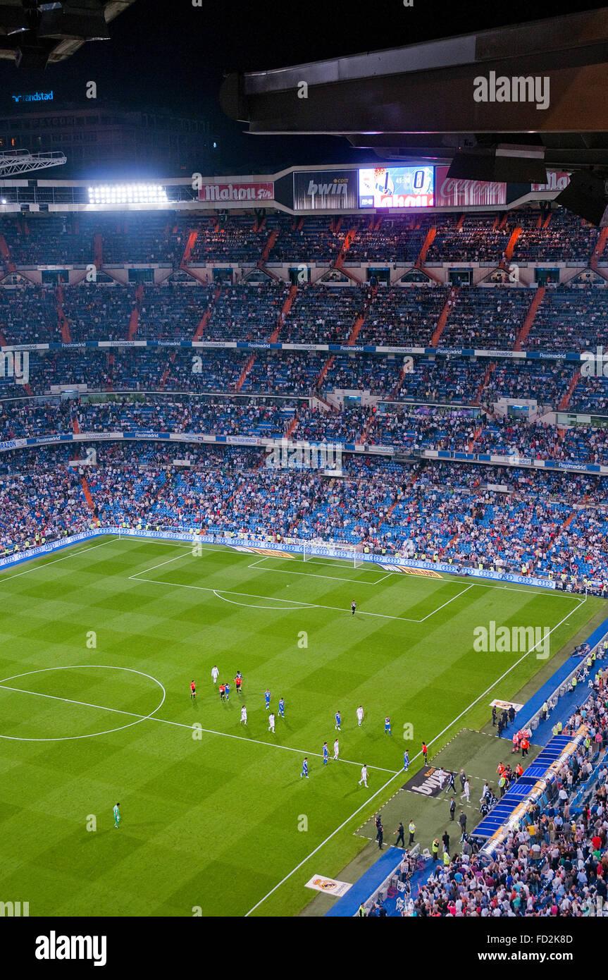 Fußballer spielen ein Fußballspiel. Pause. Santiago-Bernabéu-Stadion, Madrid, Spanien. Stockbild