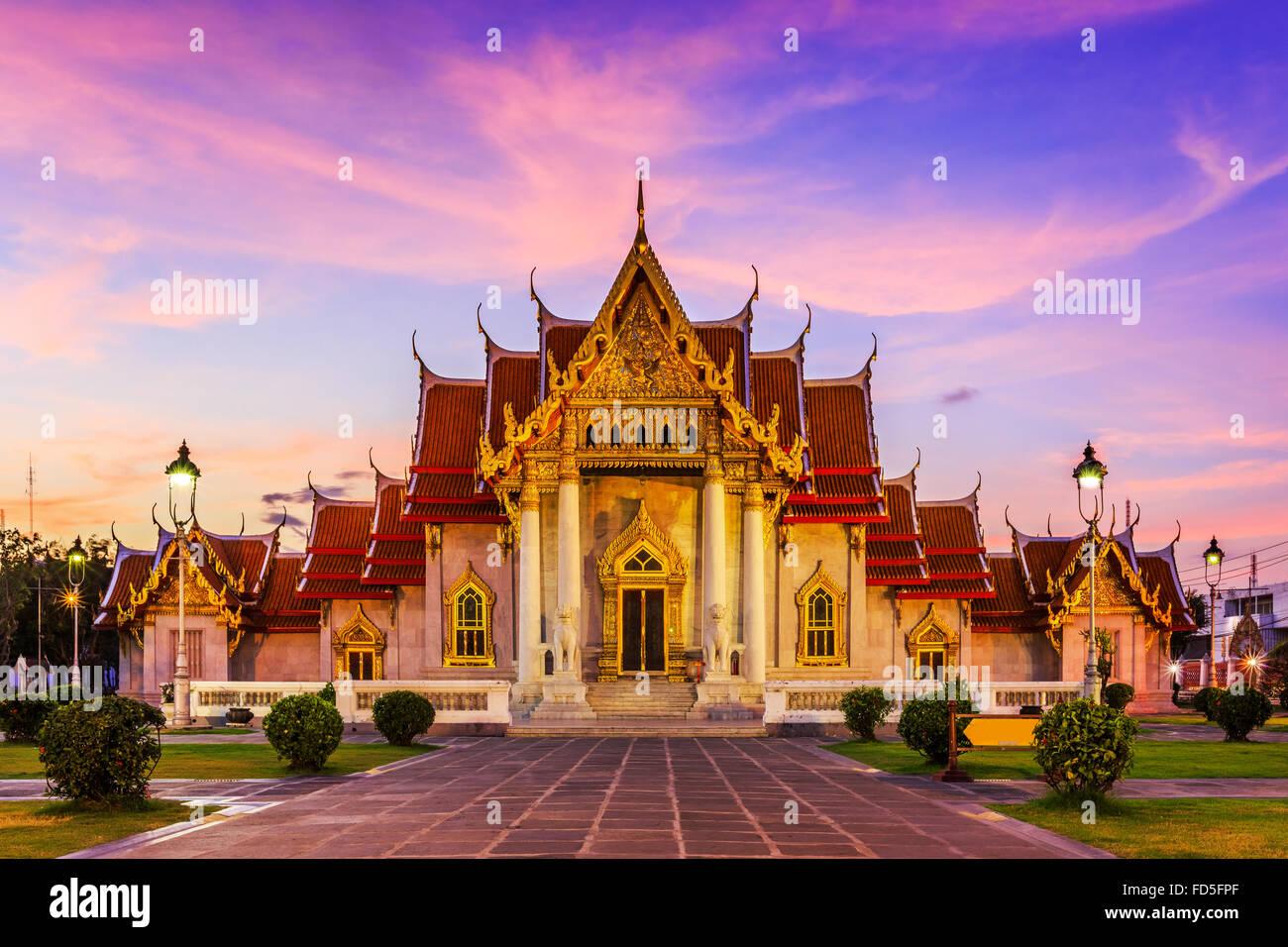 Bangkok, Thailand. Die Marmor-Tempel, Wat Benchamabopit Dusitvanaram bei Sonnenuntergang. Stockbild