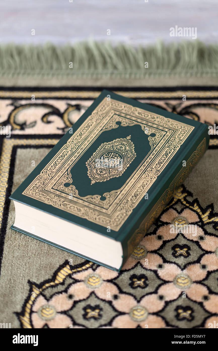 Heiliger Koran Buch auf einem Teppich Stockbild