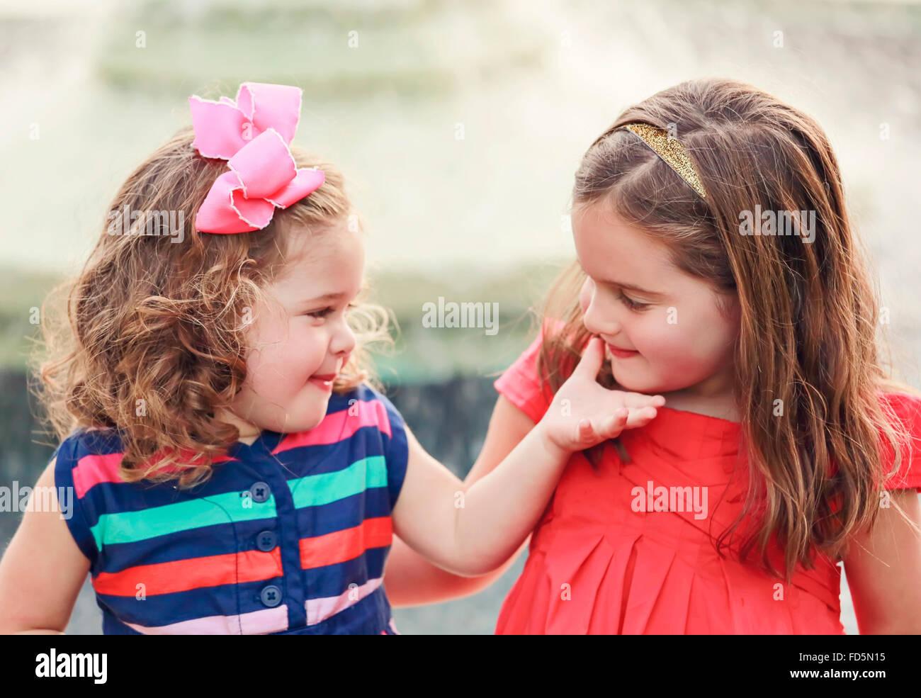 45592162b88a9 Zwei Schwestern lächelte süß miteinander in einem liebevollen Moment ...
